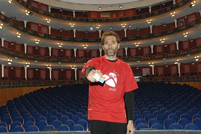 Israel Galván muestra su tarjeta de donante y posa con la camiseta