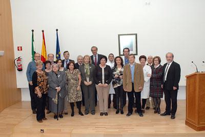 Mª Isabel Baena, delegada de Igualdad, Salud y Políticas Sociales junto al equipo de dirección del hospital y profesionales administrativos jubilados