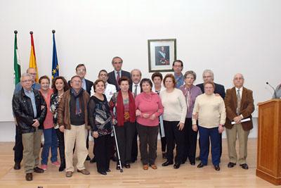 Mª Isabel Baena, delegada de Igualdad, Salud y Políticas Sociales junto al equipo de dirección del hospital y profesionales de confor y alojamiento jubilados
