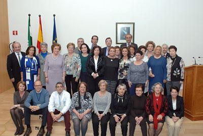 Mª Isabel Baena, delegada de Igualdad, Salud y Políticas Sociales junto al equipo de dirección del hospital y profesionales auxiliares de enfermería jubilados