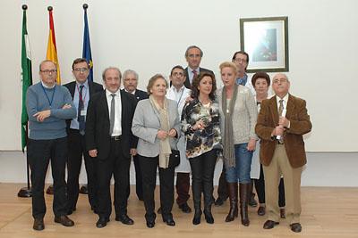 Mª Isabel Baena, delegada de Igualdad, Salud y Políticas Sociales junto al equipo de dirección del hospital y profesionales de lavanderia jubilados