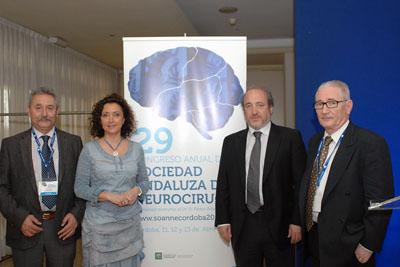 La delegada territorial de Salud y Bienestar Social en el congreso junto al gerente del Hospital Reina Sofía y neurocirujanos