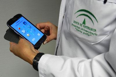 Usuario consultando la aplicación Pad Med