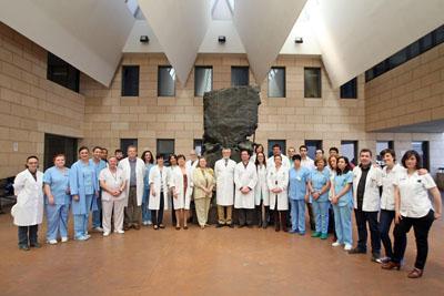 El Servicio de Inmunología posa junto al monumento al donante