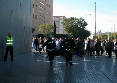 Simulacro Castilla del Pino. En la imagen bomberos efectúan una maniobra tras la evacuación del centro.