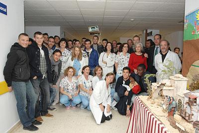 Plantilla y técnicos del Córdoba CF visitan el hospital