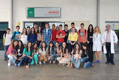 La Dra. Benitez y el Dr. Gracia con alumnos del IES Puente de Alcolea en la puerta de Urgencias
