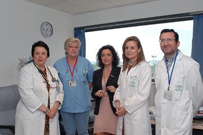 Marina Álvarez y María Isabel Baena, en el centro, junto a profesionales de Alergia y pacientes en el hospital de día