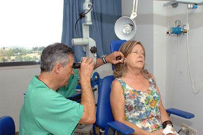 El otorrino Alfredo Jurado explora a una paciente