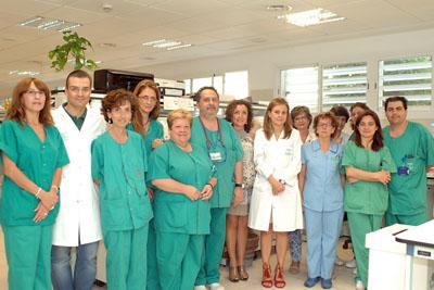 En la imagen la delegada territorial de Igualdad, Salud y Políticas Sociales, María Isabel Baena, en el centro, junto a la directora gerente del Hospital Reina Sofía, Marina Álvarez, y profesionales de Anatomía Patológica.