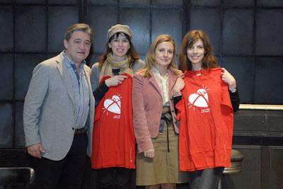 Ariadna Gil y Maribel Verdú acompañadas por responsables del Hospital Reina Sofía