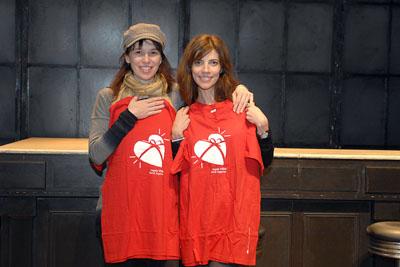 Ariadna Gil y Maribel Verdú con la camiseta de la donación