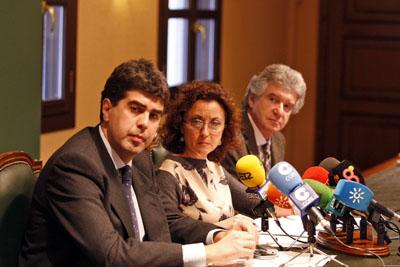 María Isabel Baena acompañada por José María Dueñas y Ángel Salvatierra.
