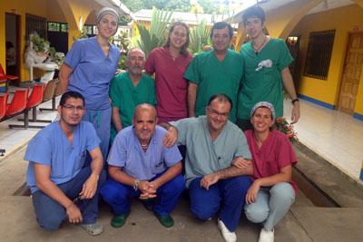 El cirujano Gómez Bardadillo junto a otros sanitarios en Nicaragua