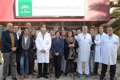 La consejera de Igualdad, Salud y Políticas Sociales con profesionales del hospital