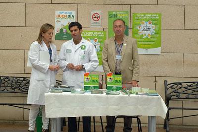 La directora gerente del hospital, Marina Álvarez, se acerca a la mesa informativa