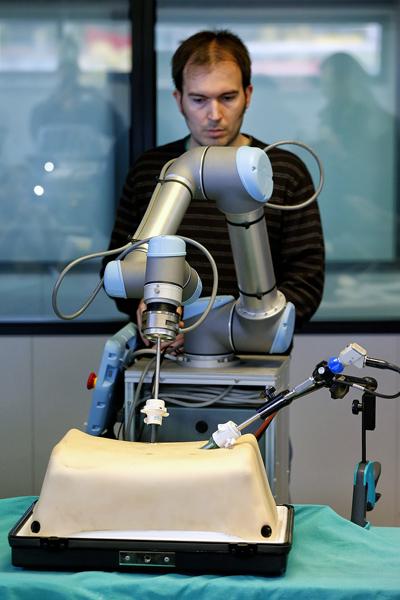 Un investigador manipulando uno de los brazos del robot