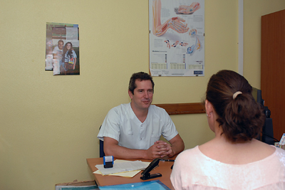 El doctor Rojas Marcos atiende a una paciente en su consulta