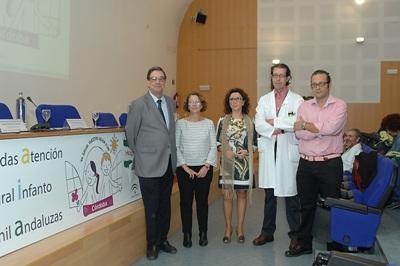 María Isabel Baena, en el centro, junto a otros responsables sanitarios en las jornadas de atención infanto juvenil