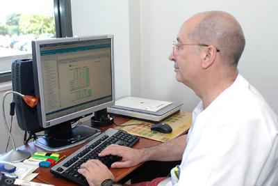 El médico de Admisión José Ruiz trabajando con el programa Diraya