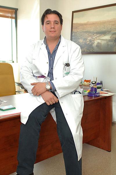 El neurólogo Juan José Ochoa en su despacho