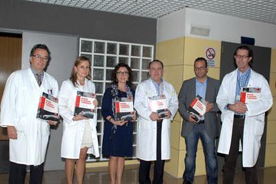 María Isabel Baena, tercera por la izquierda, junto a los directores del libro y responsables sanitarios