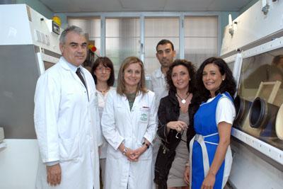 Mª Isabel Baena (penúltima por la derecha) junto a profesionales de Medicina Nuclear y la directora gerente del hospital