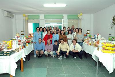 Pacientes y profesionales muestran los alimentos adquiridos con la venta de sus manualidades