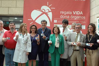 La consejera de Igualdad, Salud y Políticas Sociales y Josele muestran su tarjeta de donante