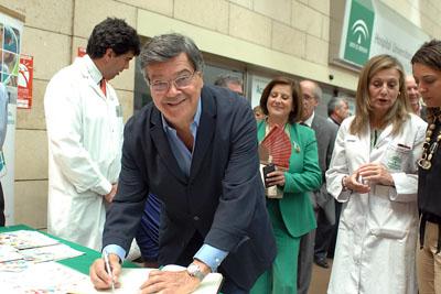 'Josele' firma en el Libro de Oro de los trasplantes