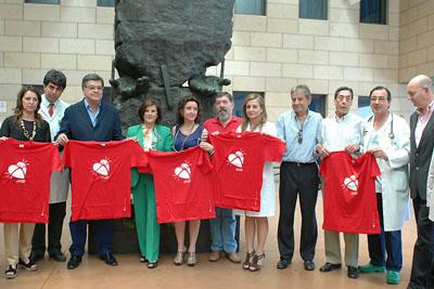 Los invitados del jueves posan en el monumento al donante