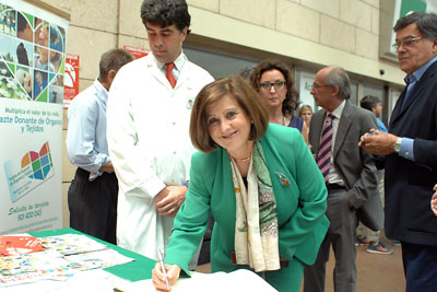 María José Sánchez Rubio firma en el Libro de ro de los trasplantes