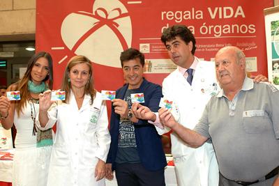India Martínez y Juan Valderrama muestran su tarjeta de donante junto a responsables hospitalarios