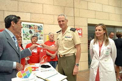 El coronel de la Brimz 'Guzmán el Bueno', José Luis del Corral, recibe su tarjeta de donante