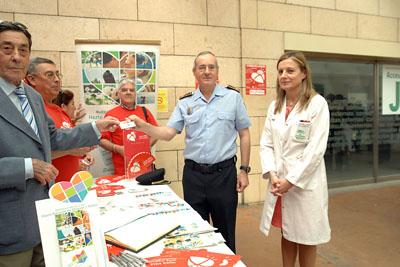 El intendente mayor jefe la Policía Local, Antonio Carlos Serrano, recoge su carné de donante