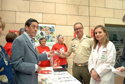 El subdelegado de Defensa, Nicolás de Bari Millán Cruz, recoge su carné de donante
