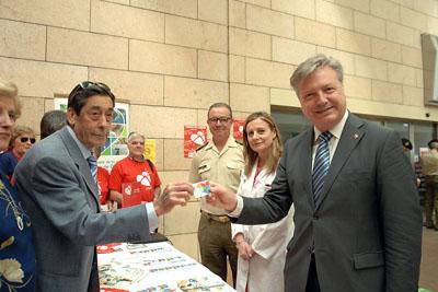 El subdelegado del Gobierno recibe su tarjeta de donante