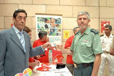El teniente coronel de operaciones de la Guardia Civil, Alfonso Alcaide, recoge su tarjeta