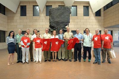 Foto de familia junto al monumento al donante