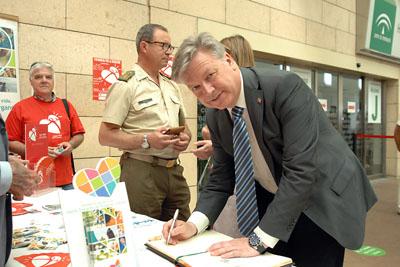 Juan José Primo Jurado firma en el Libro de oro de los trasplantes