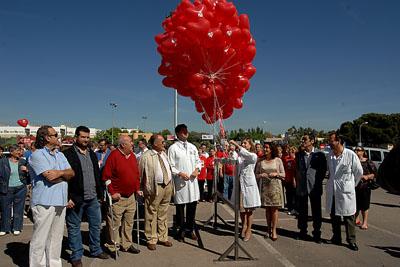 La doctora Álvarez corta la cinta para hacer volar los globos
