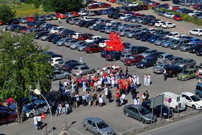 Suelta de globos rojos por la donación