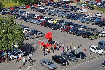 Los coches estacionados también se adornaron con globos