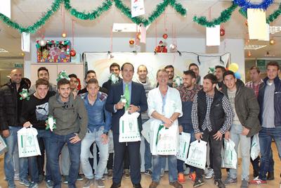 Jugadores del Córdoba C.F. y del equipo técnico, junto a un responsable del hospital, visitaron el complejo sanitario