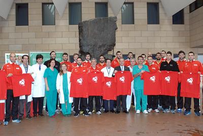 La selección nacional de balonmano con profesionales del hospital