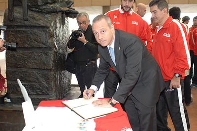 El presidente de la Real Federación Española de Balonmano firma en el Libro de Oro
