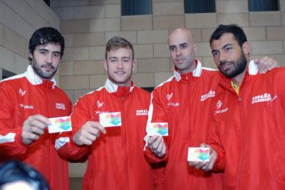 Jugadores de la selección tras recibir su carné de donante