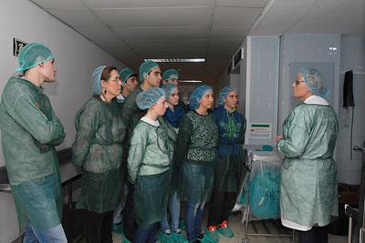 Alumnos del IES Fidiana en un momento de su visita a los quirófanos del Hospital Reina Sofía