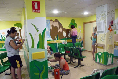 Un grupo de voluntarios dando color a la selva
