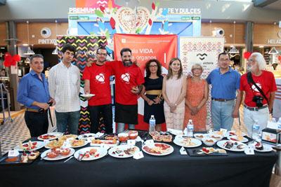 Chefs ganadores del concuso, en el centro con la camiseta roja, junto a resposables sanitarios y mienbros de jurado